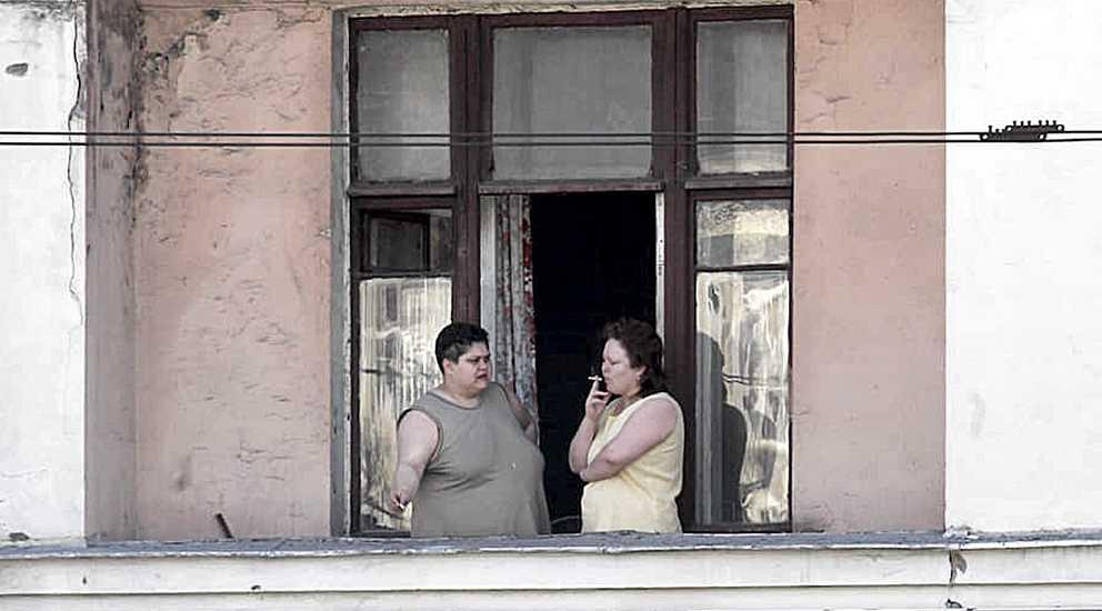 Соседка курит на балконе