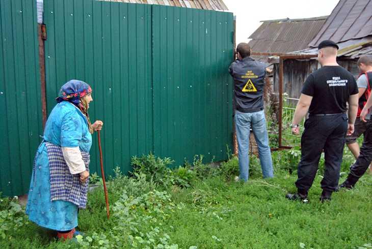 Сотрудники демонтируют забор